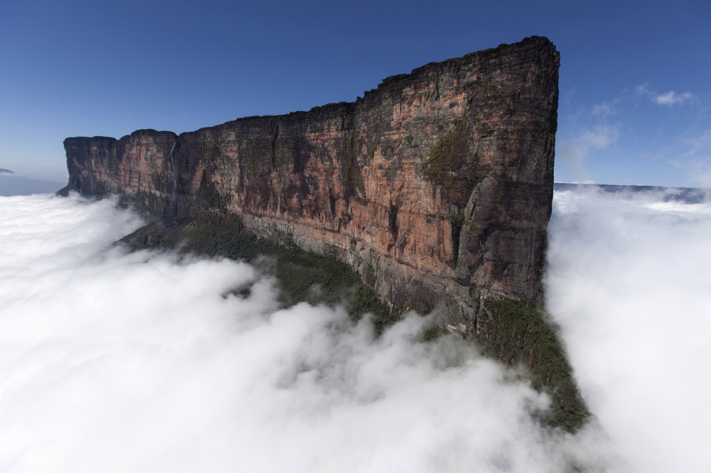 "Guyana, Mount Roraima Tepui, Luftaufnahmen vom Mount Roraima 2723 m mit der ""The Prow"". 23.03.2010. Digital Photo; Copyright: Klaus Fengler."